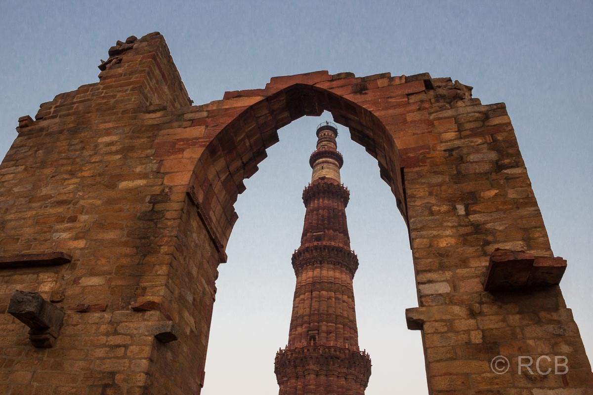 Blick aus der Quwwat-ul-Islam-Moschee auf die Siegessäule Qutb Minar, Delhi