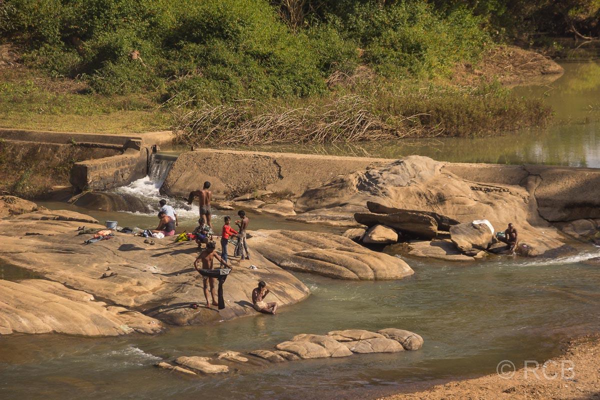 Menschen waschen Wäsche am Fluss in Madya Pradesh