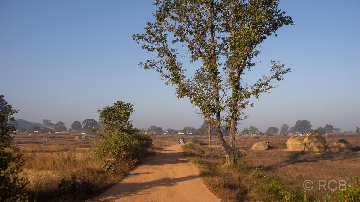 staubige Landstraße in der Nähe des Kanha National Park