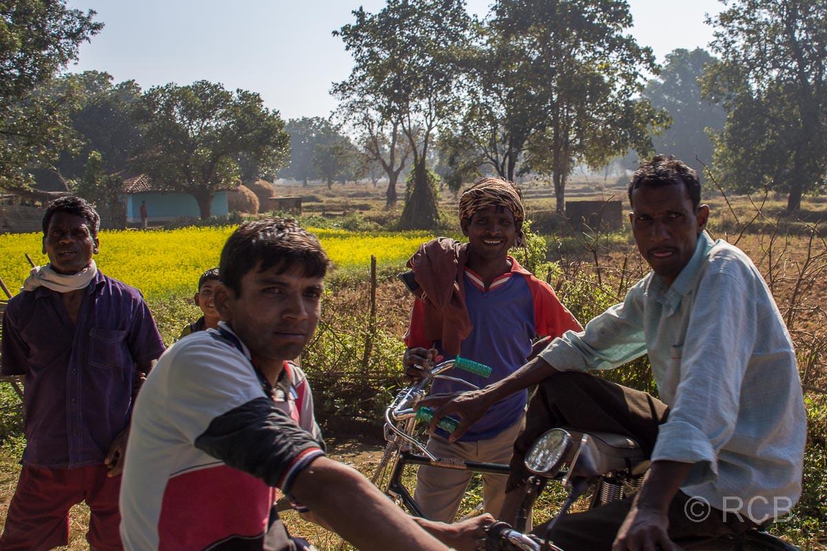 Dorfjugend auf Rädern in der Nähe des Kanha National Park