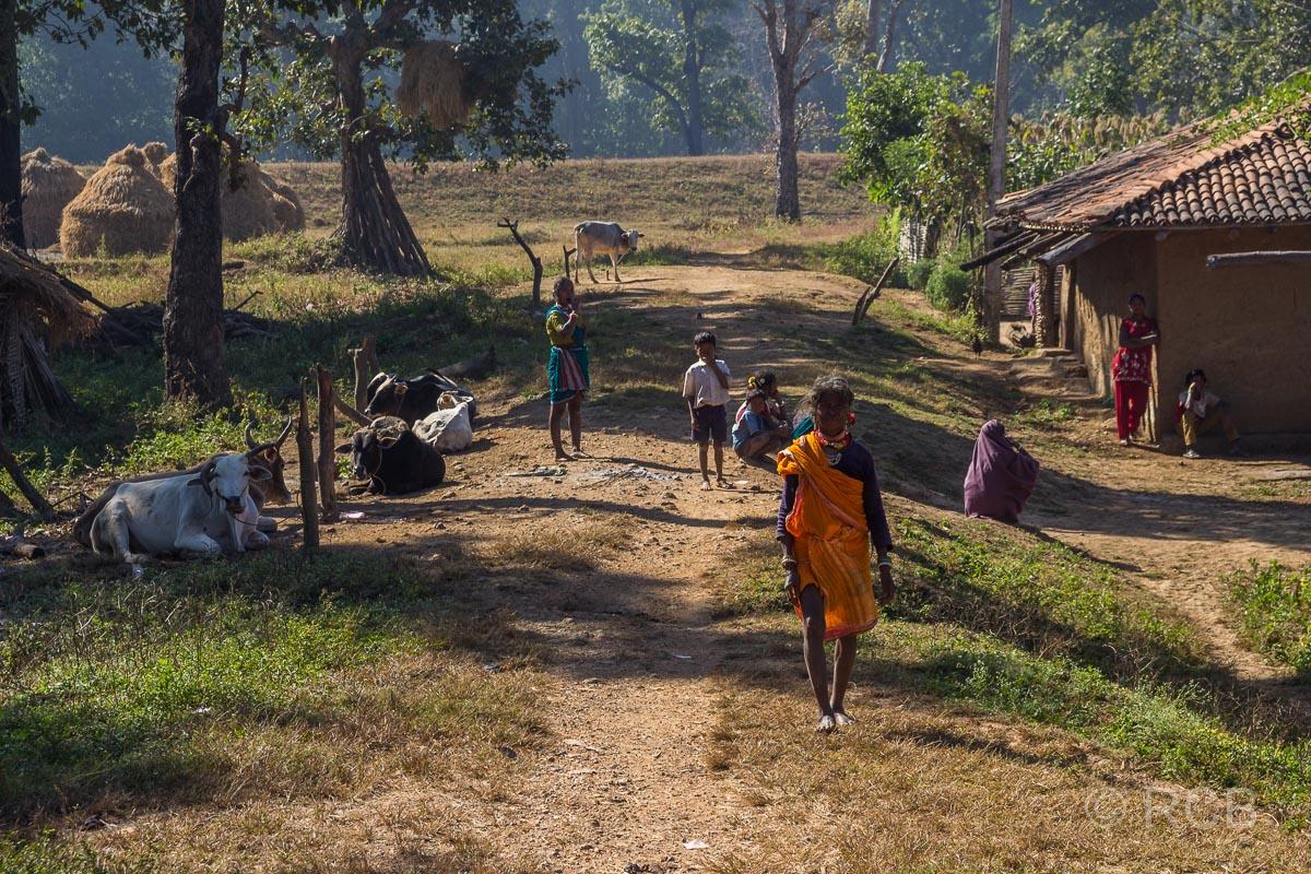 Menschen in einem Dorf in der Nähe des Kanha National Park