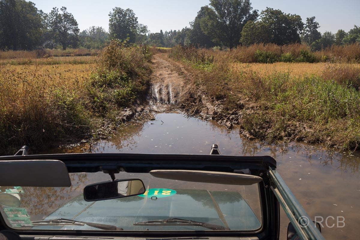 Jeep furtet einen Bach in der Nähe des Kanha National Park