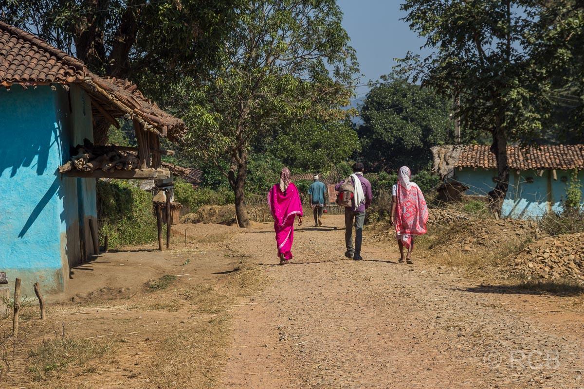 Inder spazieren durch ein Dorf in der Nähe des Kanha National Park