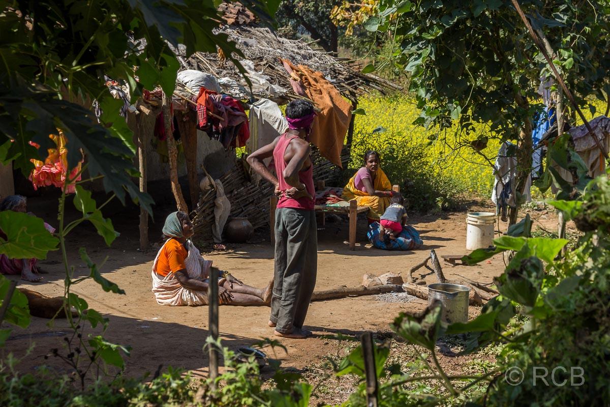 Familie vor ihrer Hütte in einem Dorf in der Nähe des Kanha National Park