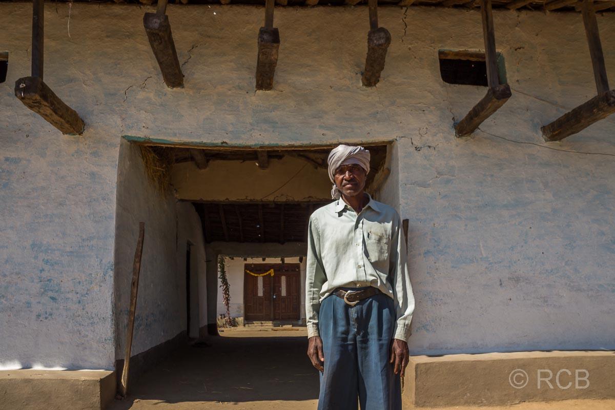 stolzer Inder vor seinem Haus in der Nähe des Kanha National Park