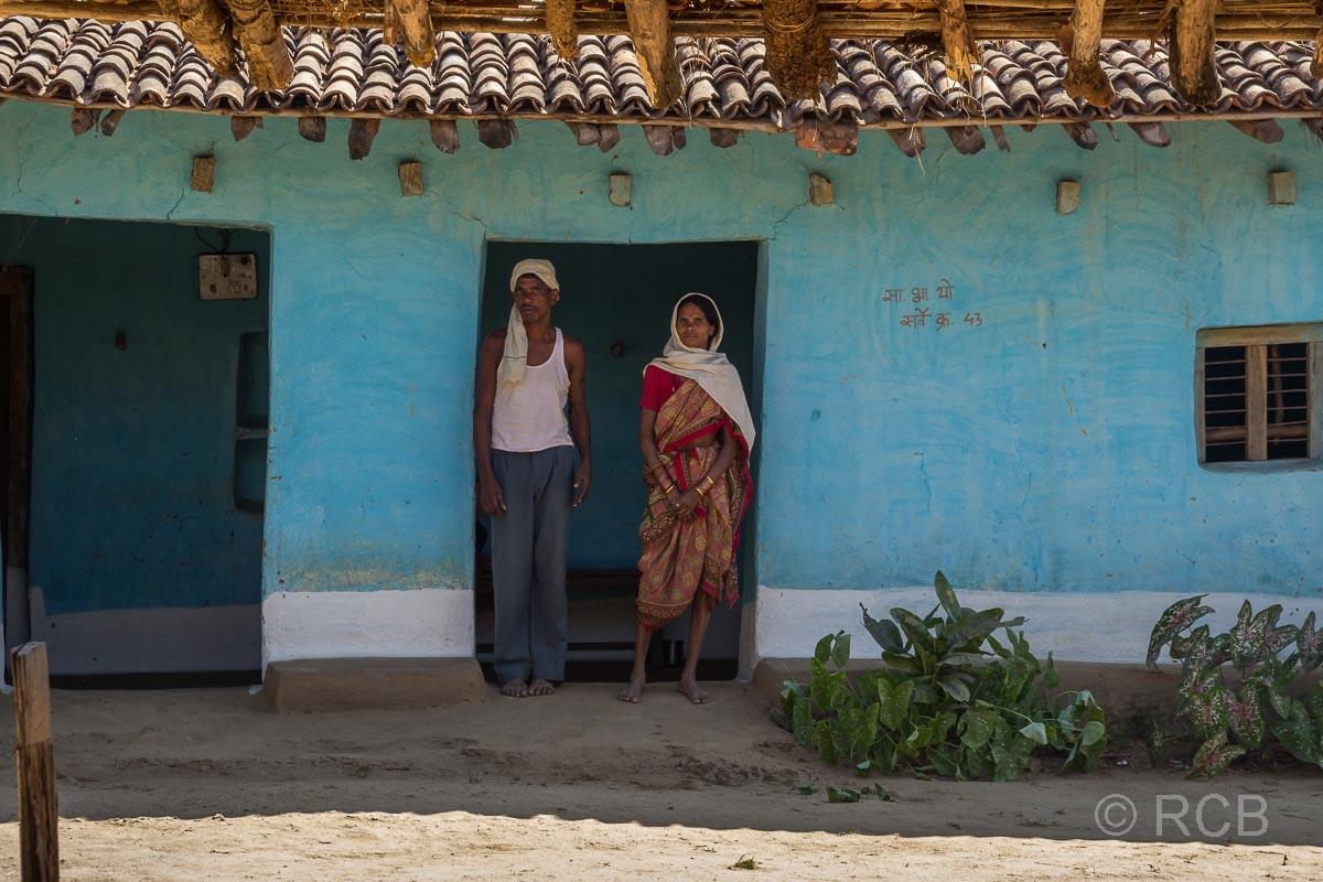 Ehepaar vor seinem Haus in der Nähe des Kanha National Park