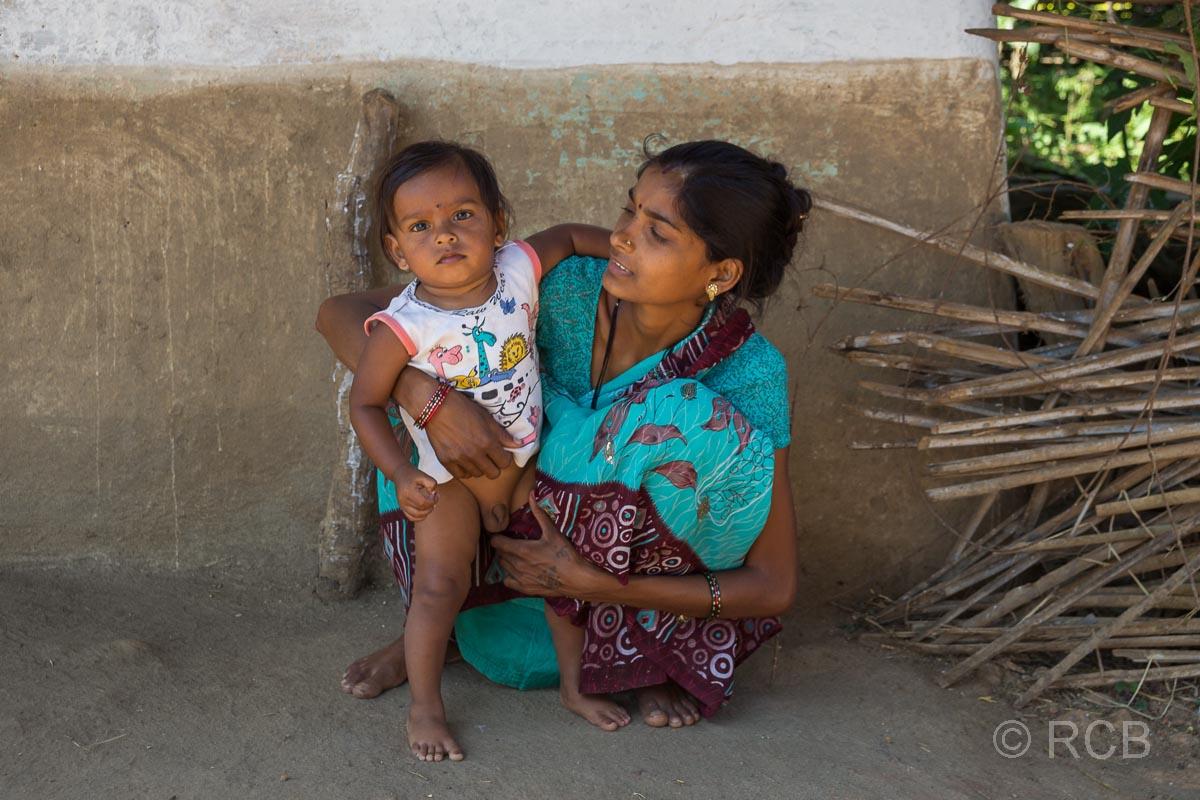Mutter mit Kind in einem Dorf in der Nähe des Kanha National Park