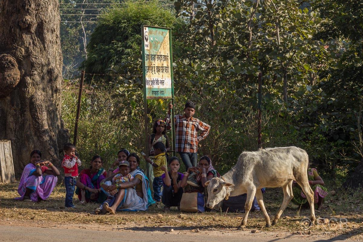 Menschen warten an einer Bushaltestelle in der Nähe des Kanha National Park