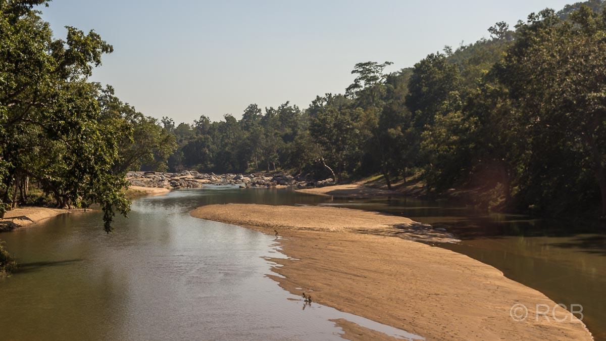 Fluss mit Sandbänken auf der Fahrt durch Madya Pradesh
