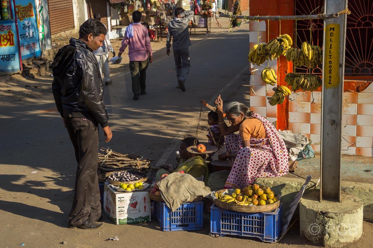 Verkäuferin wiegt Äpfel ab, Fahrt durch Madya Pradesh