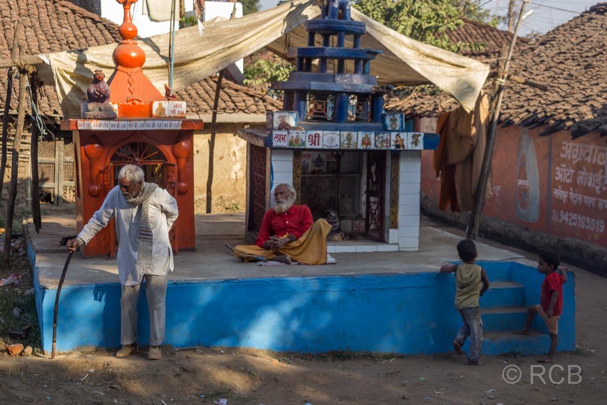 Heiligenschrein mit Kindern und Rentnern, Fahrt durch Madya Pradesh