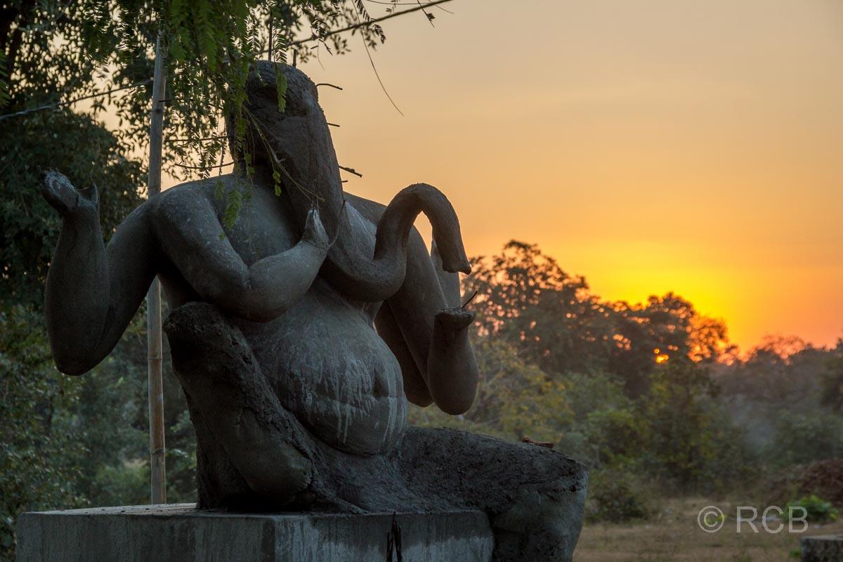 Ganesha-Statue in der Nähe des Bandhavgarh National Park im Sonnenuntergang