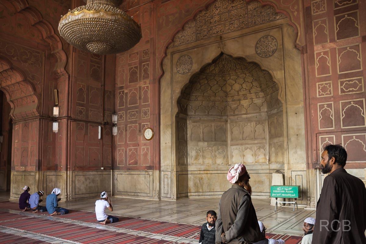 Männer beim Gebet in der Freitagsmoschee, Delhi