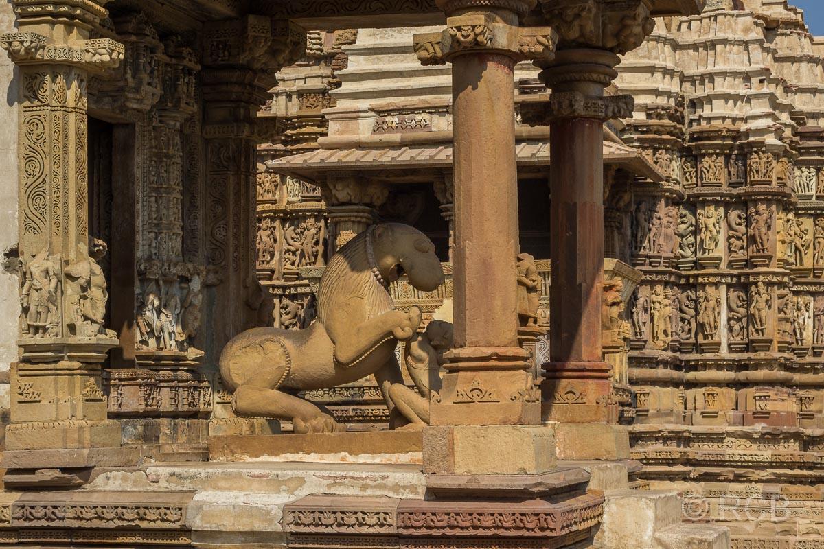 Khajuraho, Tempeleingang mit Löwenstatue