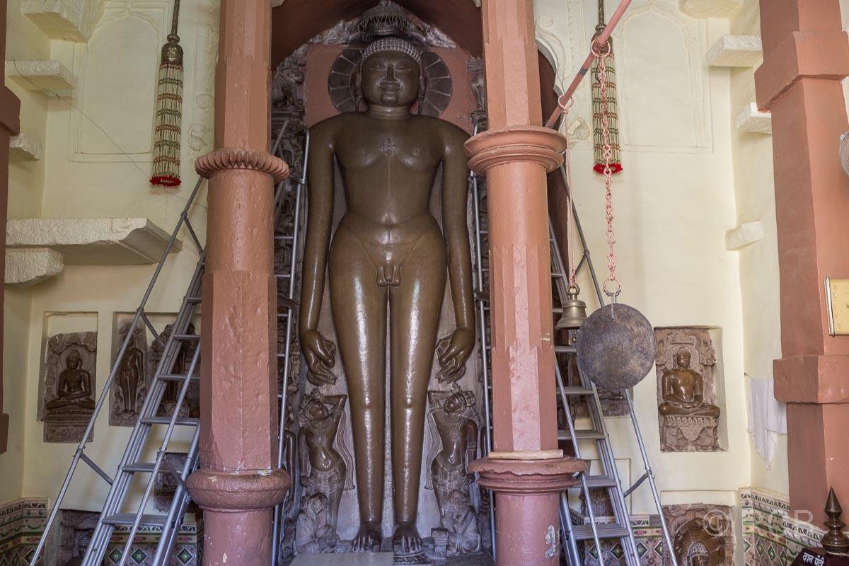 Khajuraho, Jain-Tempel, Statue im Innenhof
