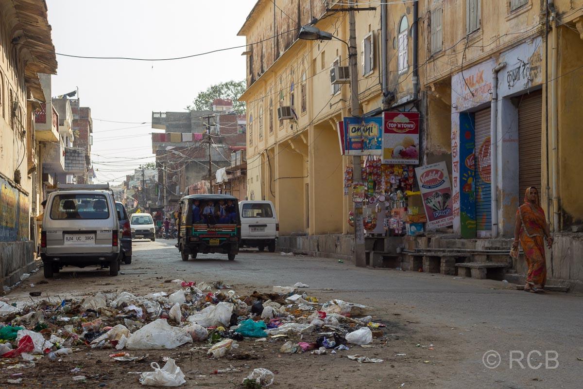 vermüllte Straße in Jaipur