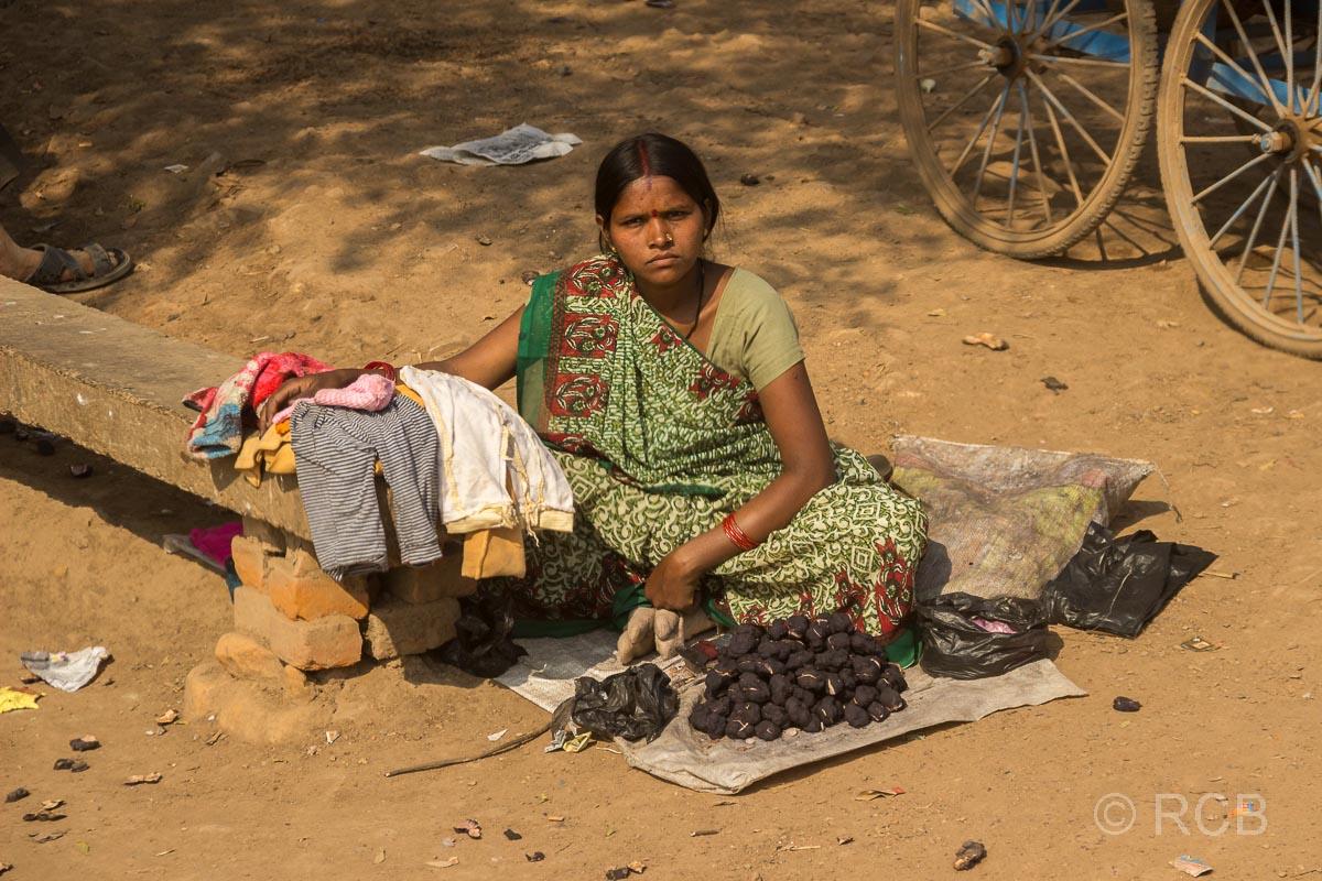 Verkäuferin auf der Fahrt durch Uttar Pradesh