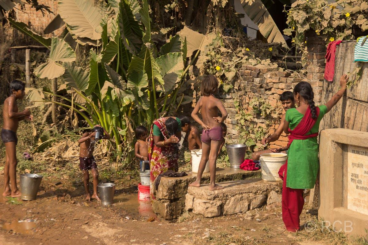 Inder an einer öffentlichen Wasserstellen auf der Fahrt durch Uttar Pradesh