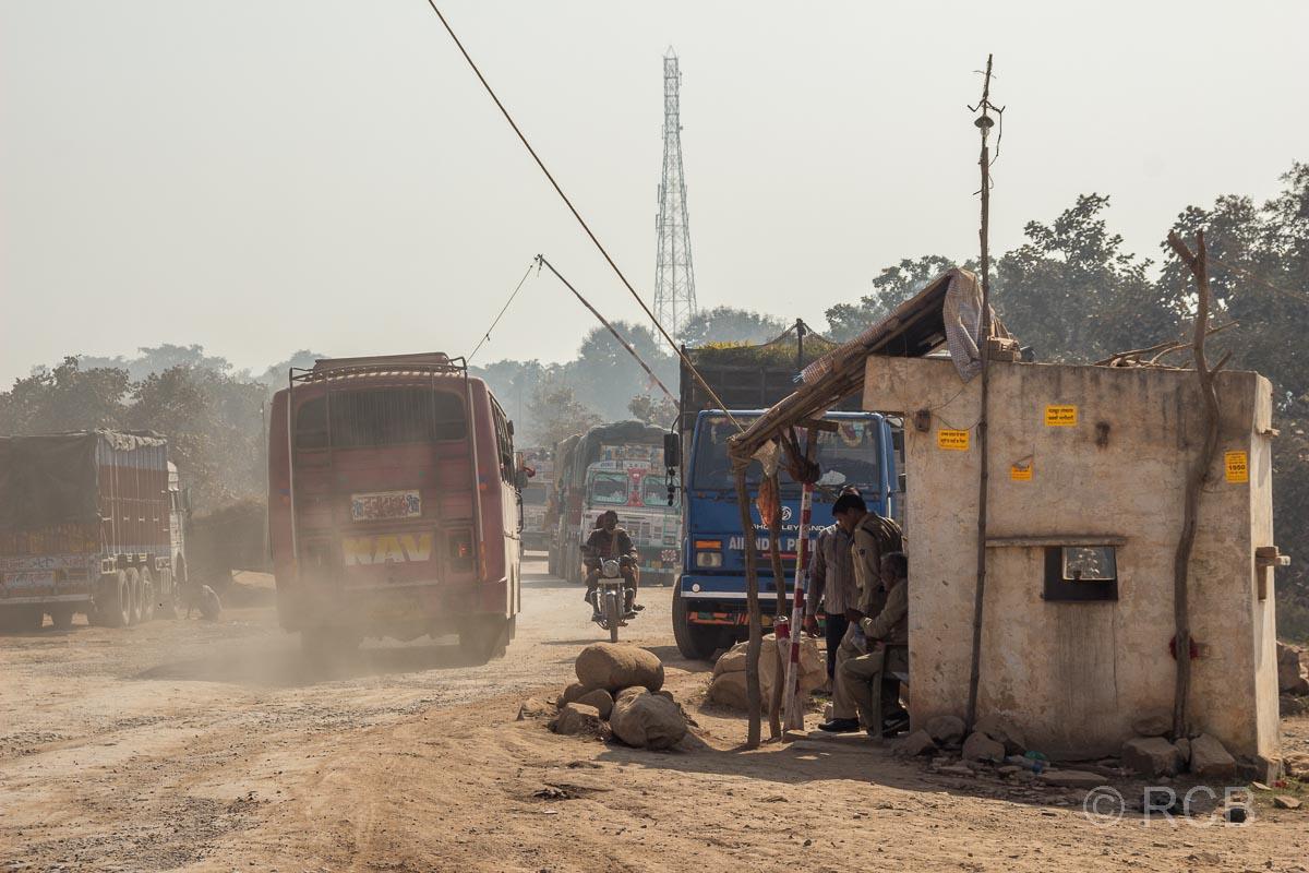 staubiger Kontrollposten auf der Fahrt durch Uttar Pradesh
