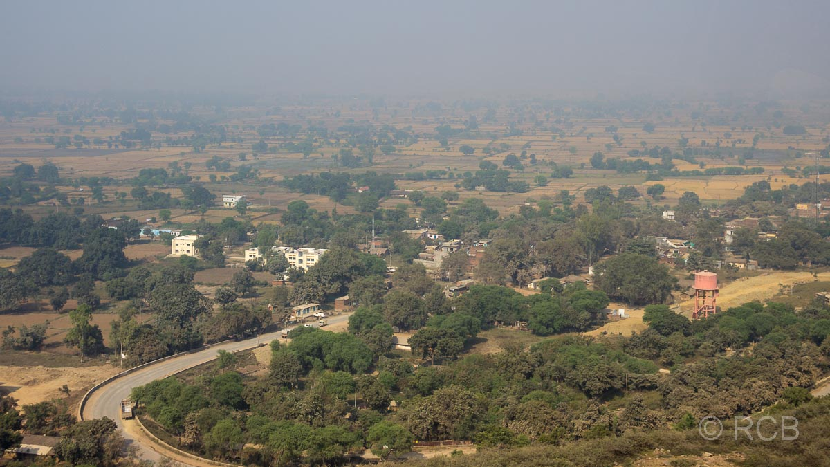 Blick über diesige Landschaft auf der Fahrt durch Uttar Pradesh