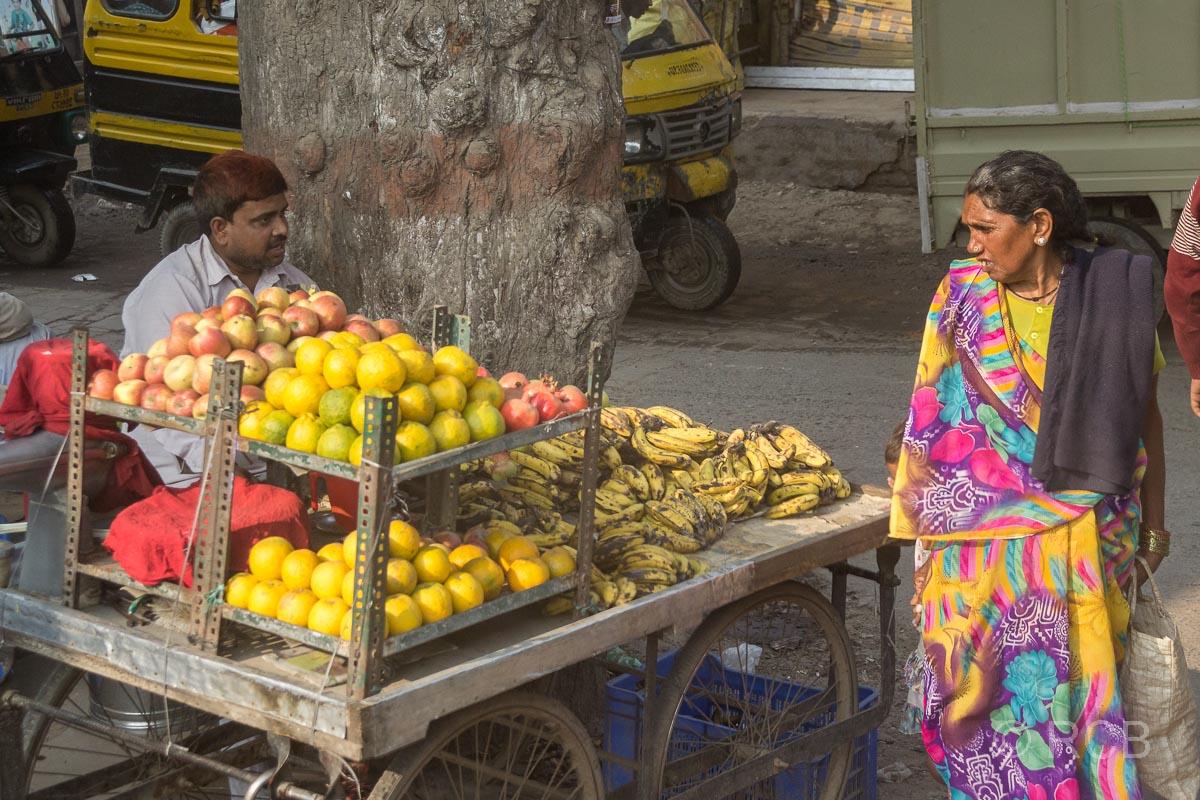 Obstverkäufer auf der Fahrt durch Uttar Pradesh