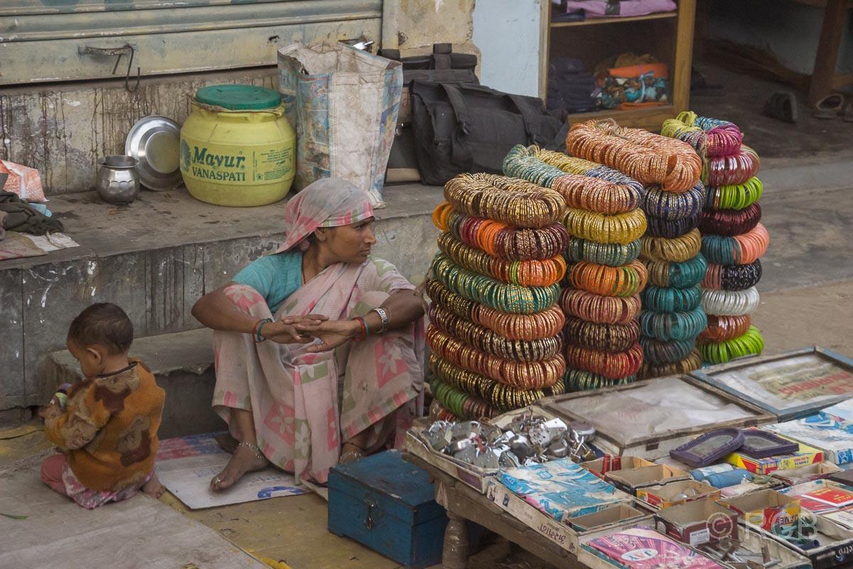 Schmuckverkäuferin auf der Fahrt durch Uttar Pradesh