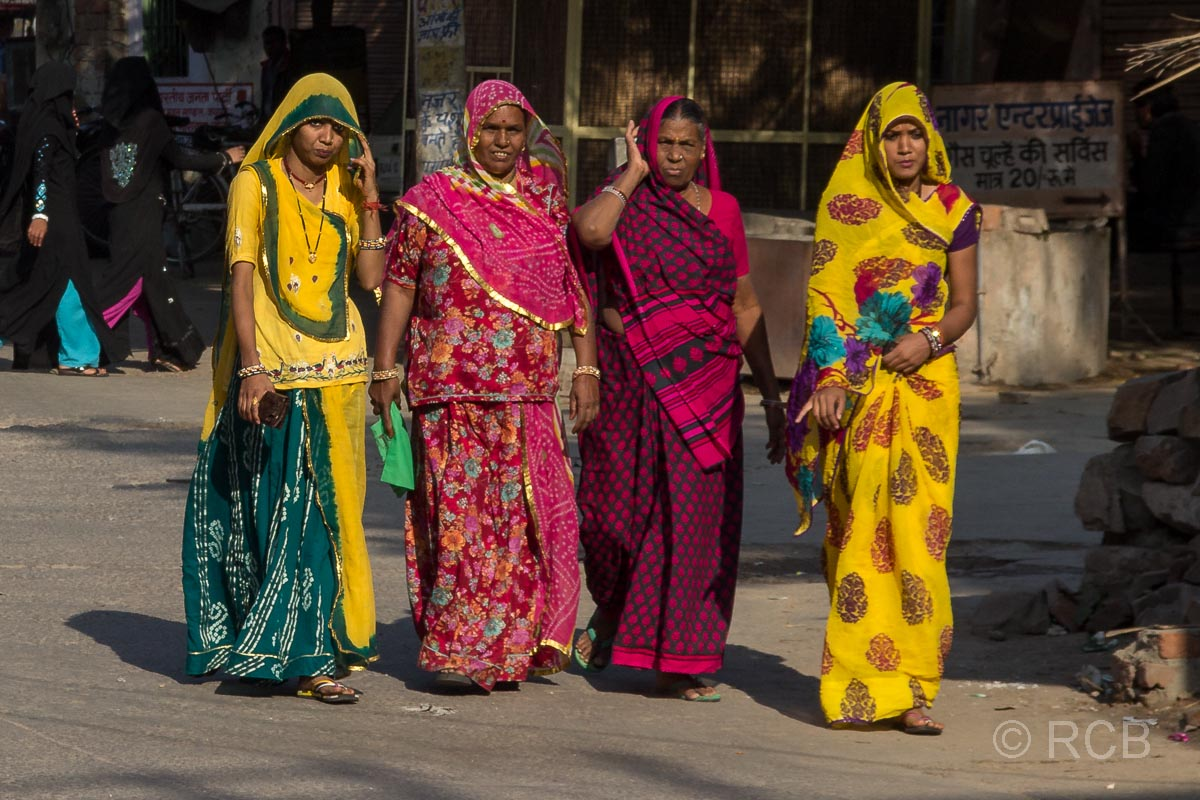 Elegante Frauen in bunten Saris in Jaipur