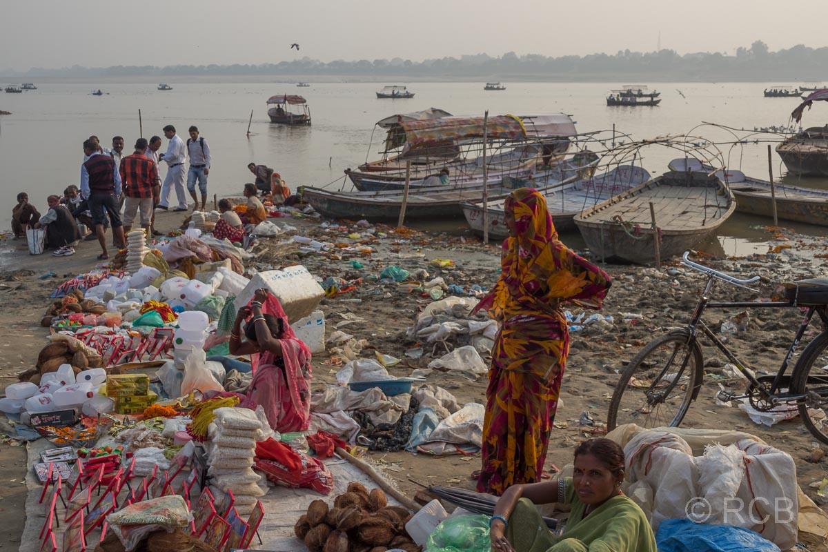 Allahabad, Verkaufsstände, Boote und Müll am Strand am Sangam, dem Zusammenfluss von Ganges und Yamuna