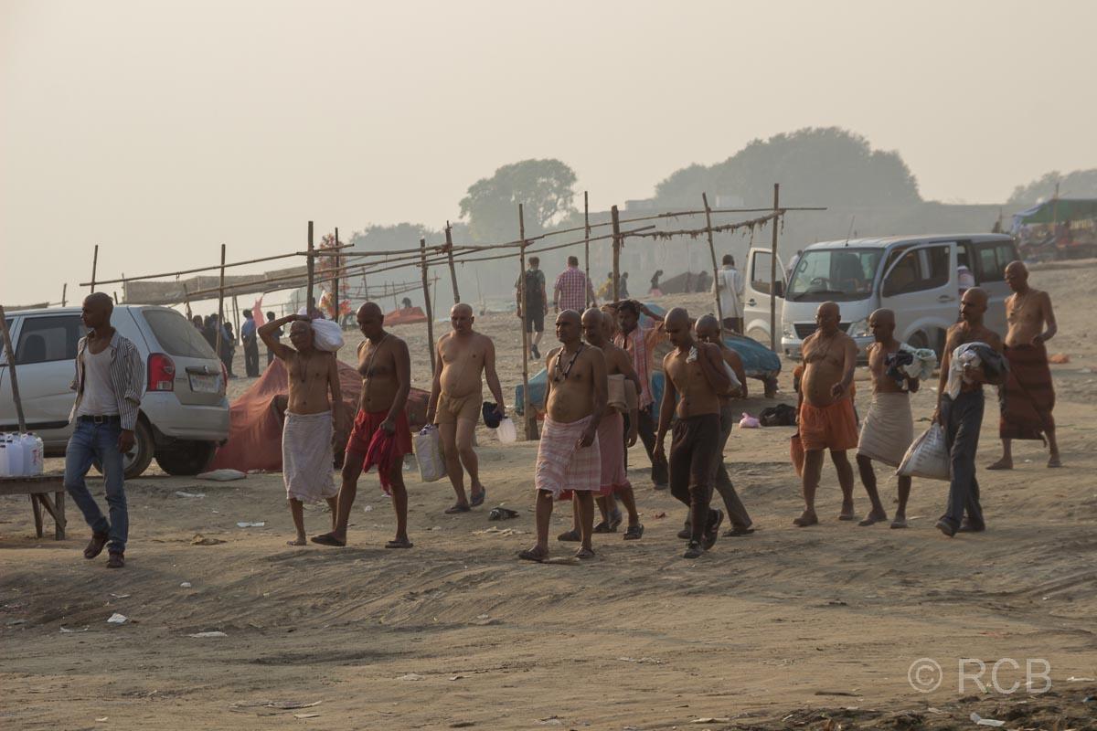 Allahabad, Männer mit bloßem Oberkörper laufen zum Wasser am Sangam, dem Zusammenfluss von Ganges und Yamuna