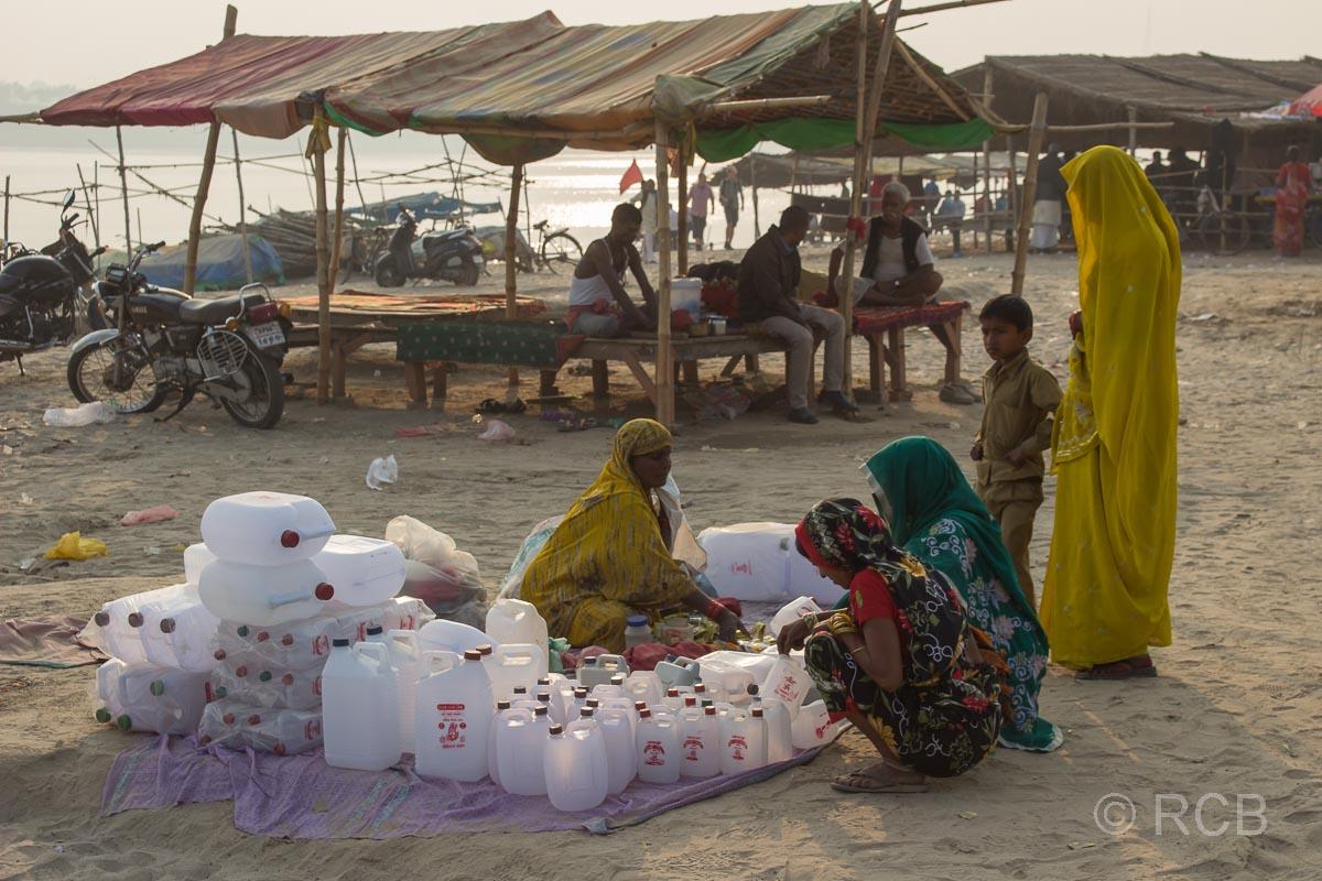 Allahabad, Verkäuferin von Wasser am Sangam, dem Zusammenfluss von Ganges und Yamuna