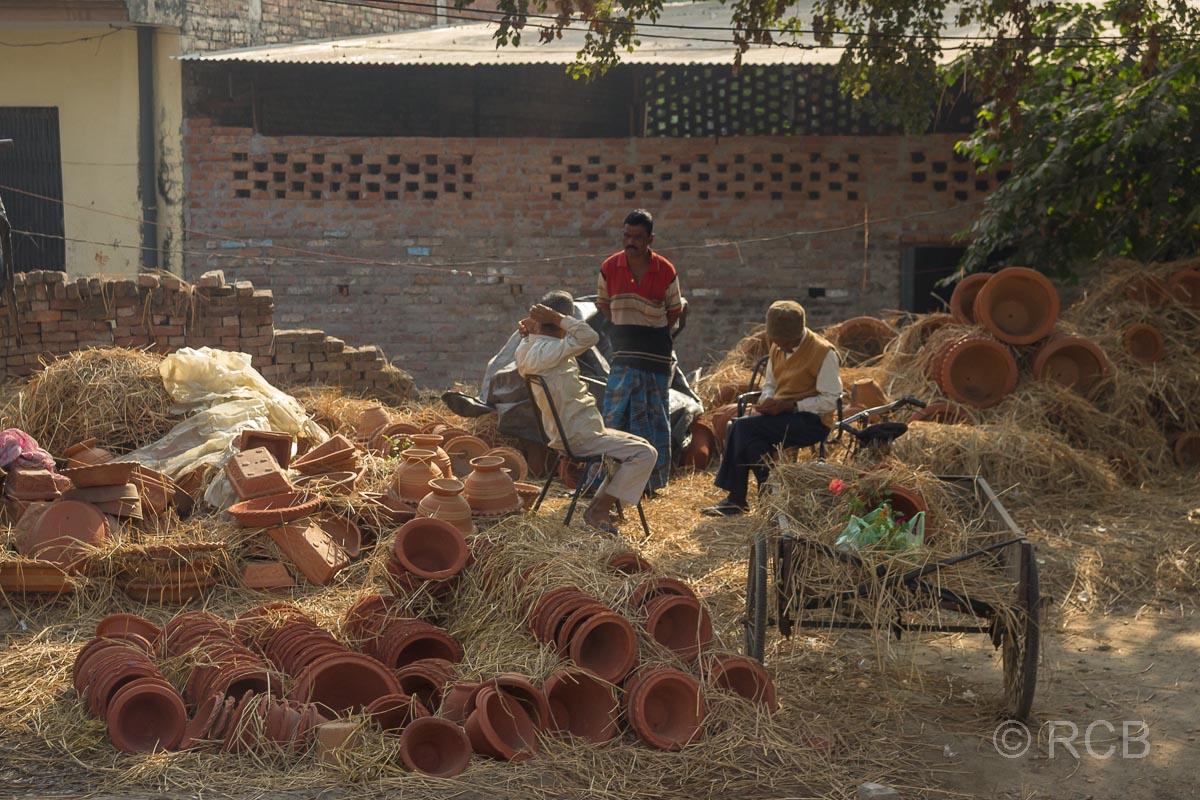 Verkäufer von Tonwaren auf der Fahrt durch Uttar Pradesh