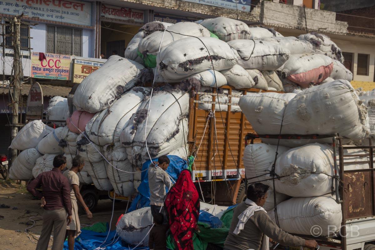 übervoll bepackte LKW auf der Fahrt durch Uttar Pradesh