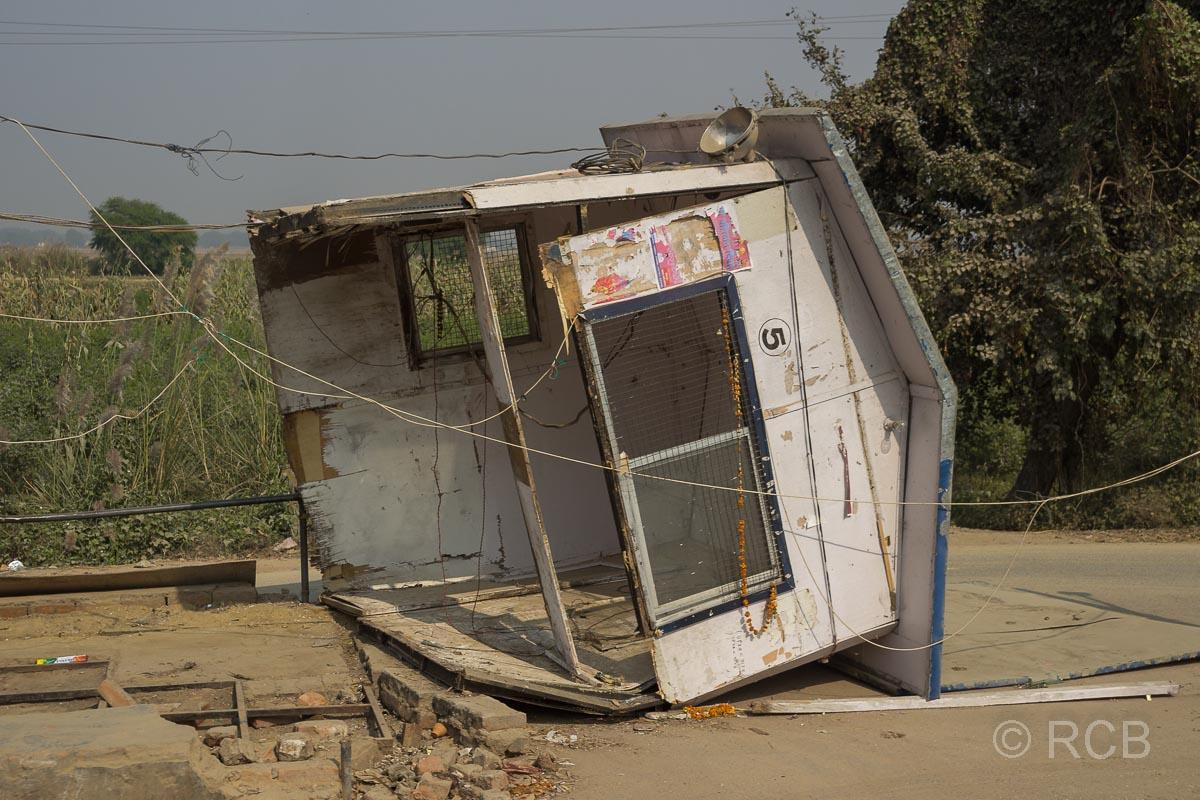umgekipptes Holzhäuschen am Straßenrand auf der Fahrt durch Uttar Pradesh