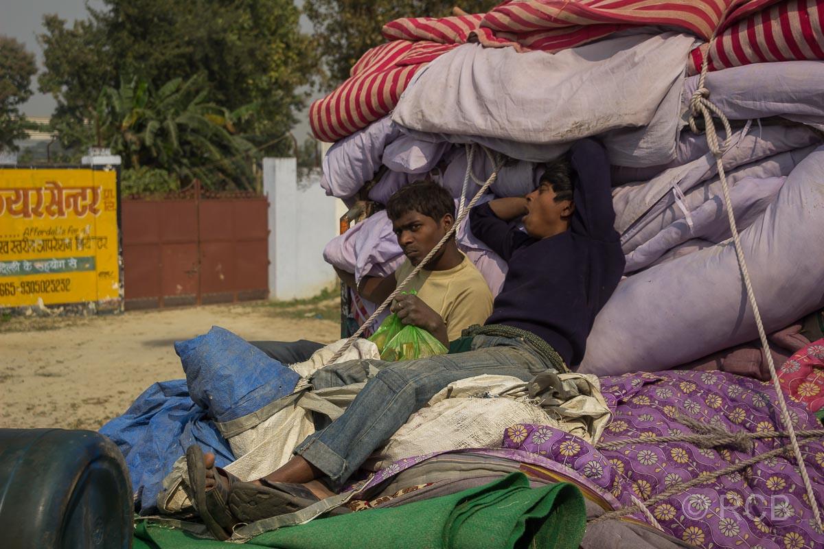 Männer ruhen sich aus auf Decken auf der Pritsche eines LKW , Fahrt durch Uttar Pradesh