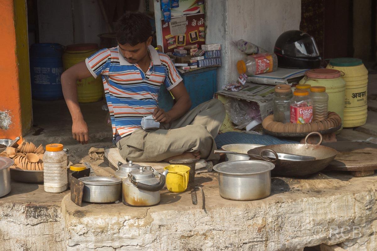 Mann bereitet Essen am Straßenrand auf der Fahrt durch Uttar Pradesh