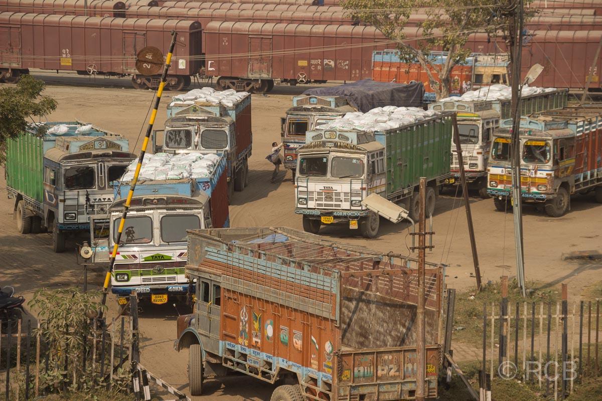 LKW-Parkplatz am Bahnhof von Varanasi