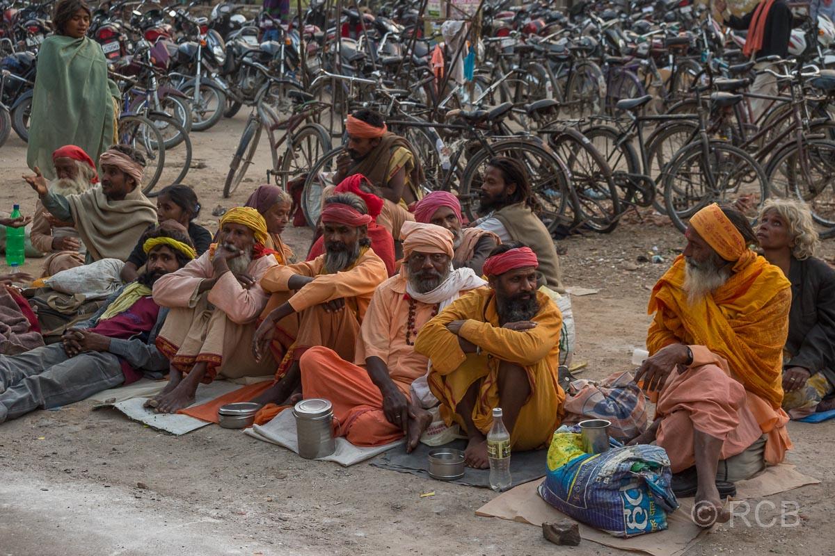 Varanasi, Sadhus am Straßenrand in der Altstadt