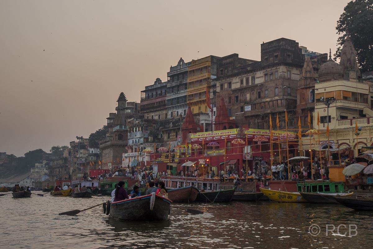 Varanasi, Blick auf den Dasaswamedh-Ghat vom Fluss aus