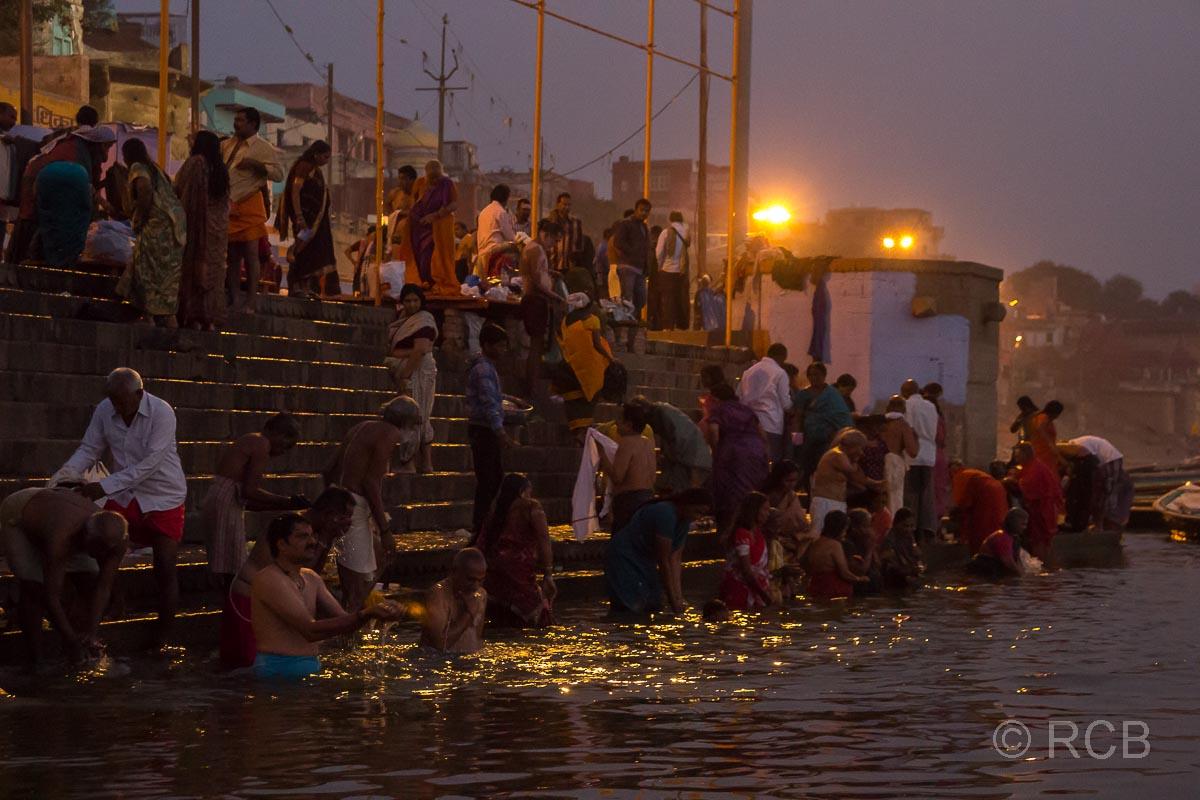 Varanasi, Gläubige baden im Fluss zum Sonnenaufgang an den Ghats