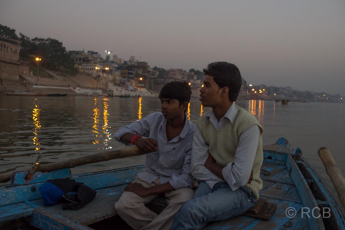 Varanasi, Bootsjungen beim Sonnenaufgang an den Ghats