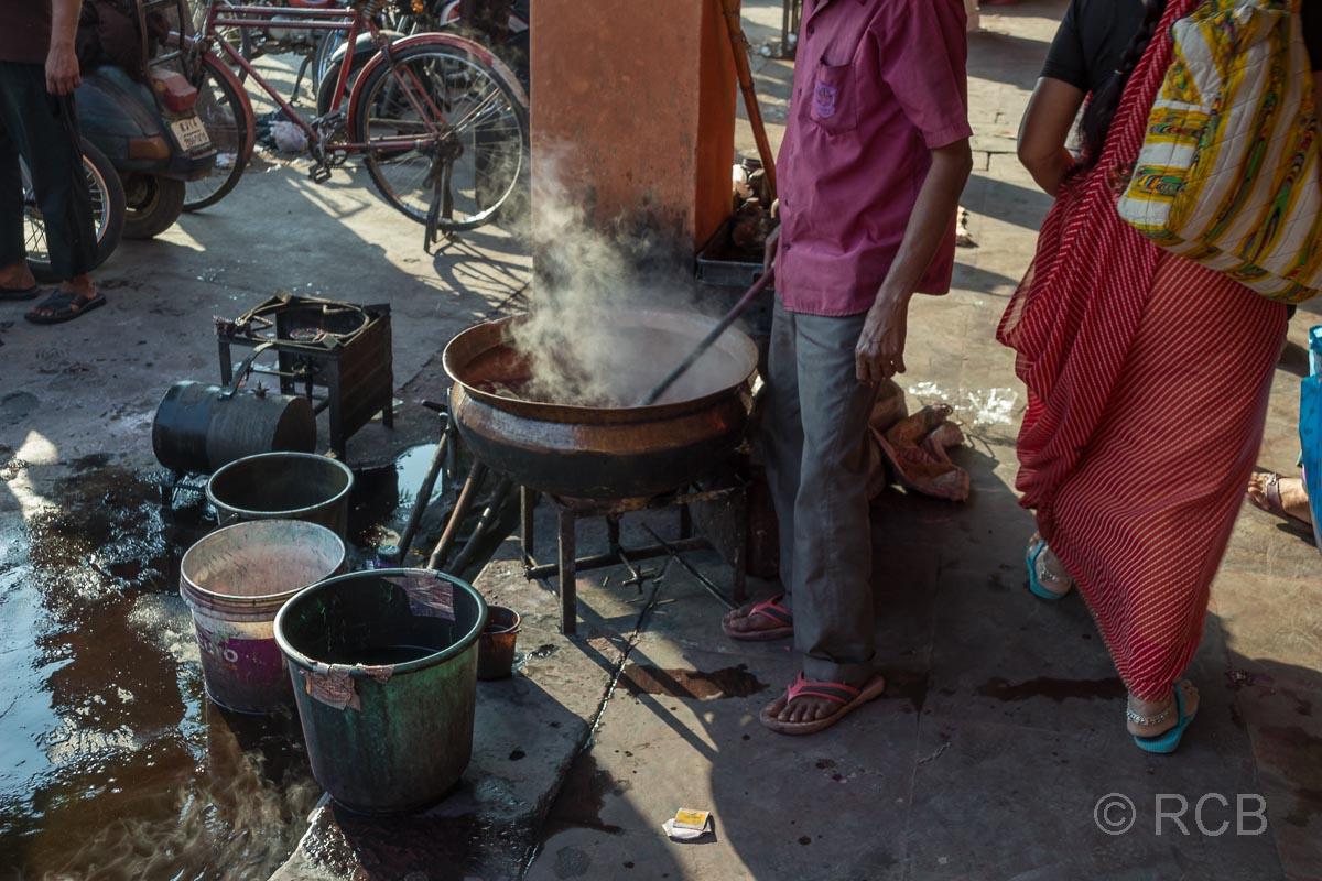 Mann an einem dampfenden Topf, Jaipur, Altstadt