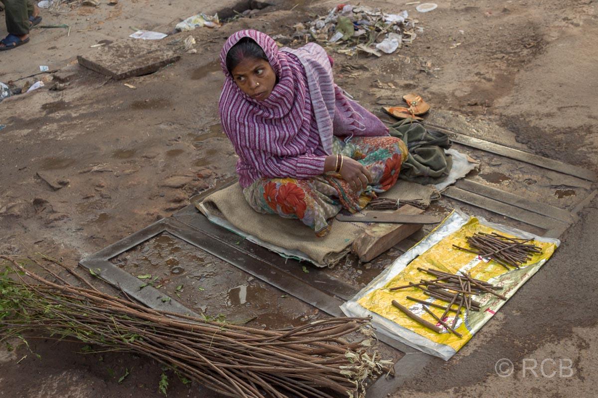 Varanasi, Verkäuferin von Zahnbürsten in der Altstadt
