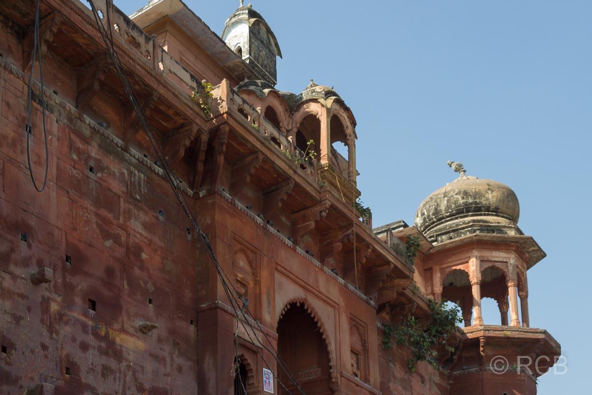 Varanasi, verfallener Palast am Ufer des Ganges