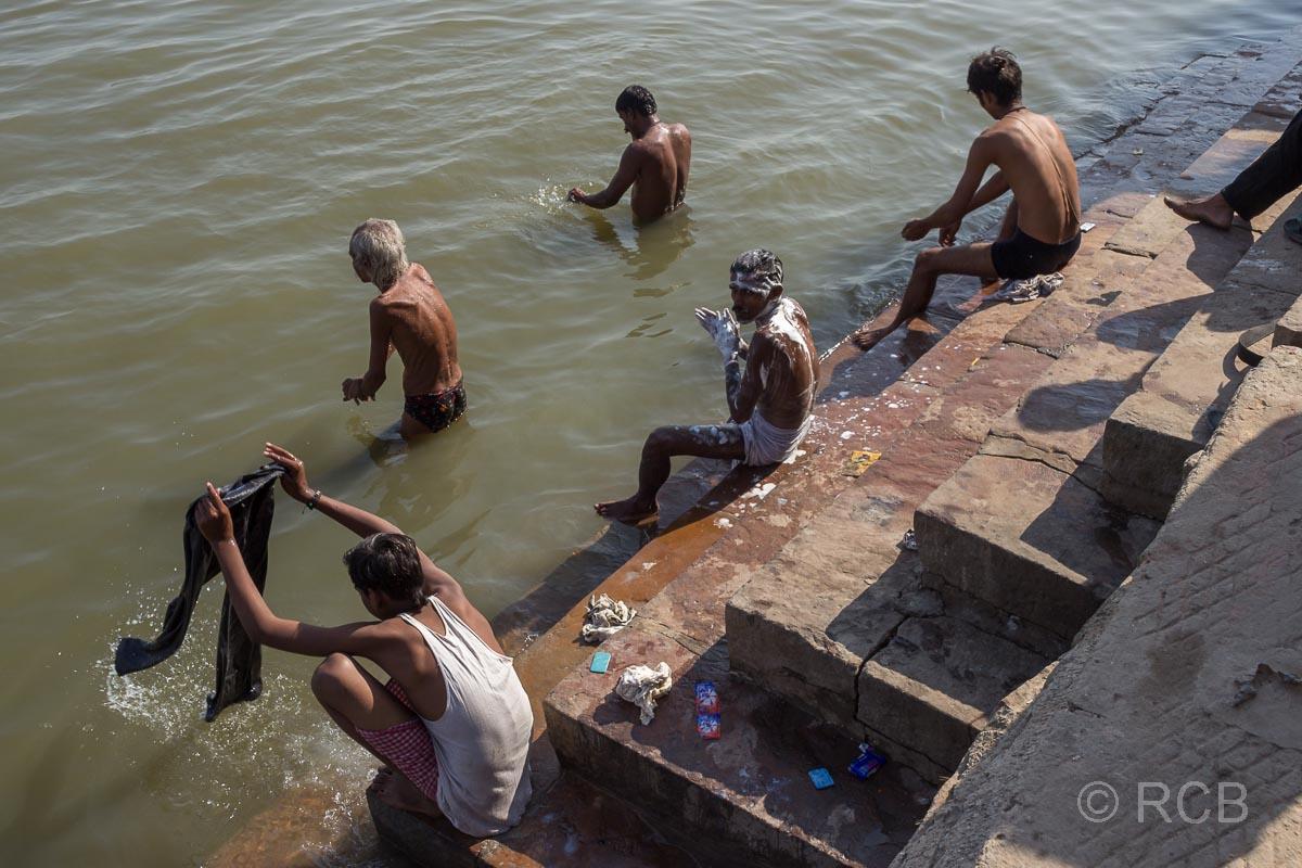 Varanasi, badende Gläubige an den Ghats