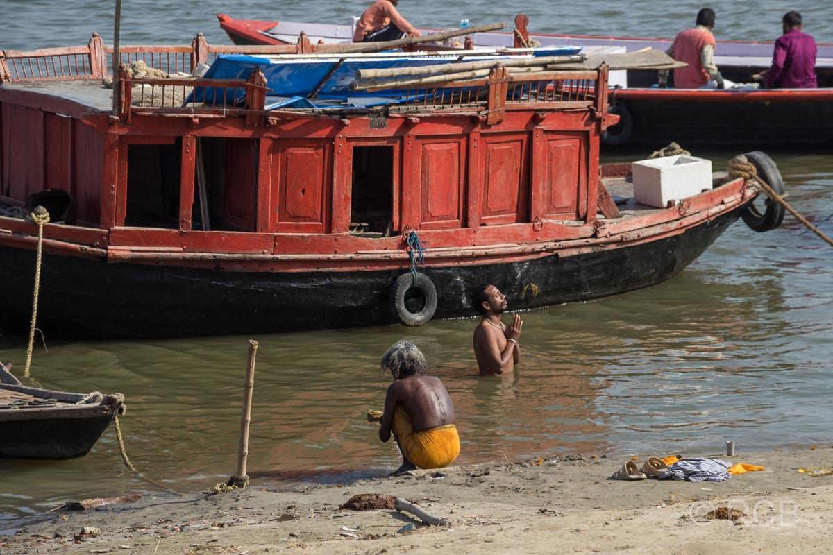 Varanasi, Gläubige an den Ghats, am und im Wasser