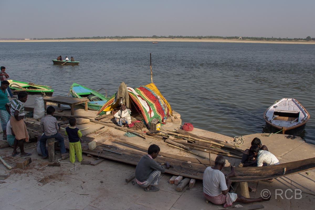 Varanasi, Bootsbauer an den Ghats