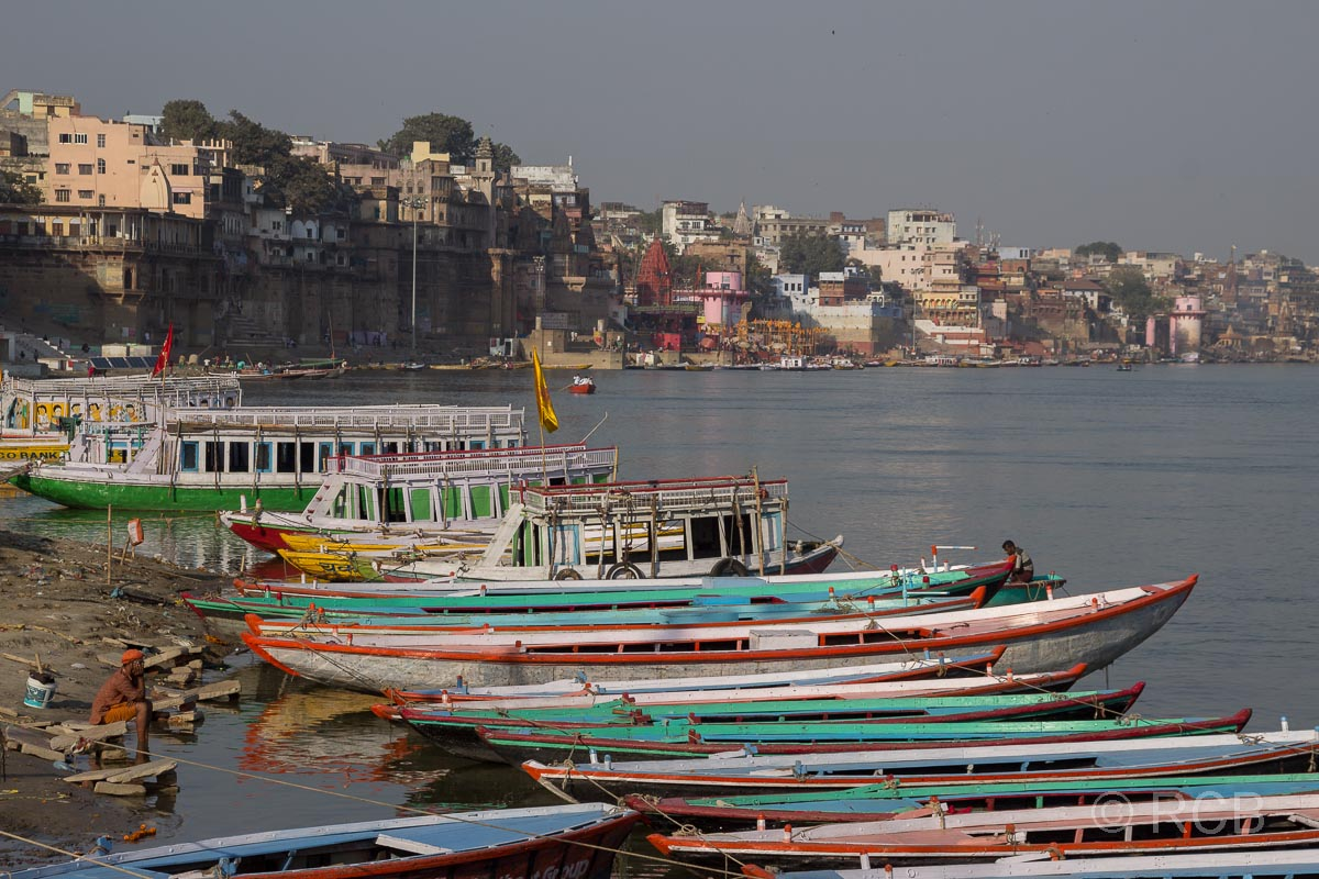 Varanasi, bunte Boote an den Ghats