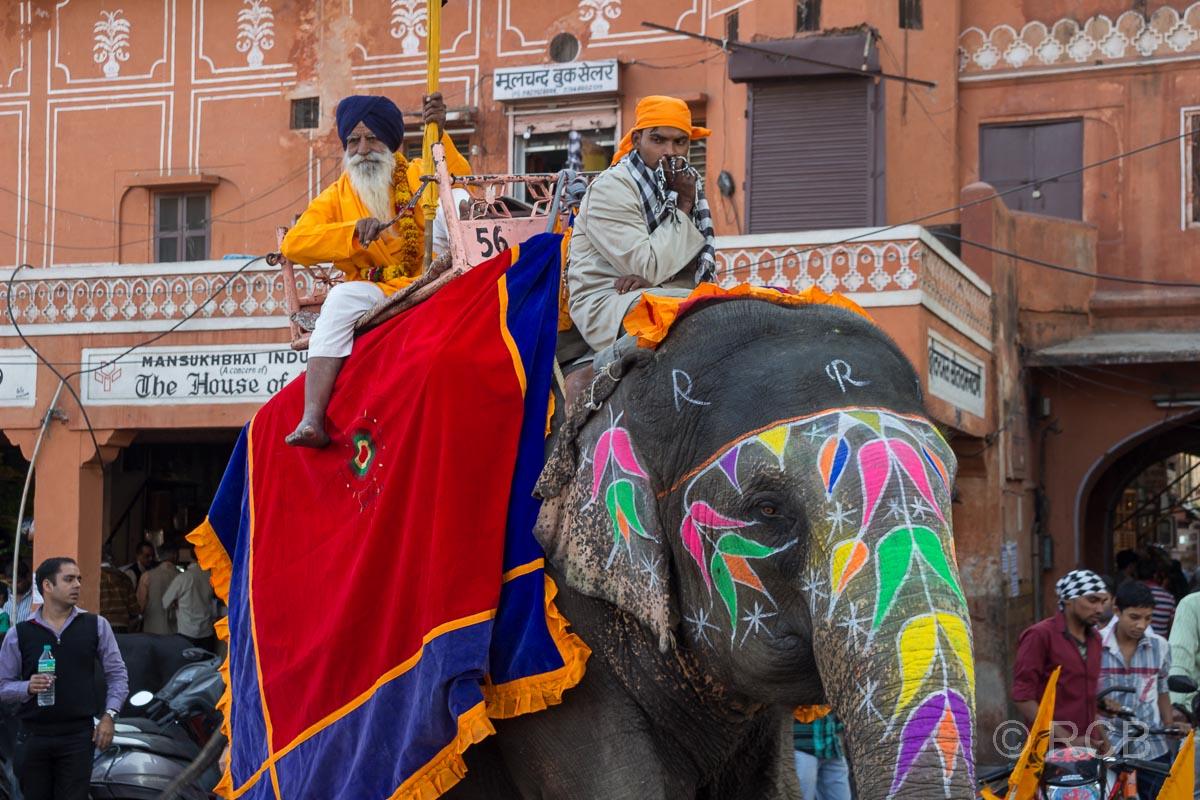 Männer reiten auf einem bunt bemalten Elefanten, Sikh-Umzug, Jaipur, Altstadt
