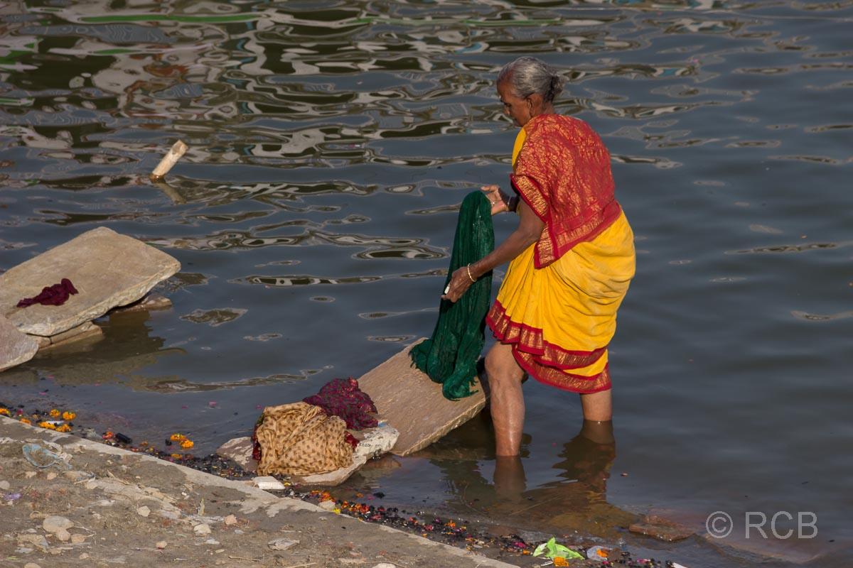 Varanasi, Frau beim Waschen der Wäsche an den Ghats