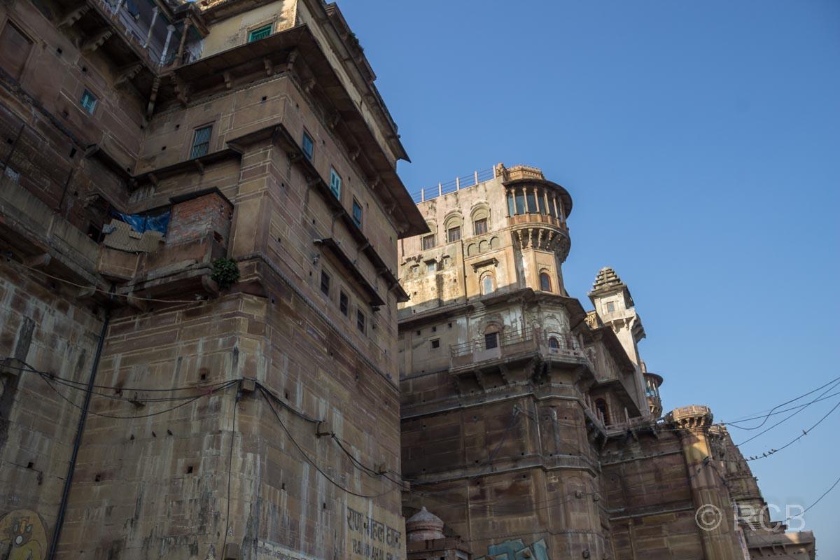 Varanasi, verfallender Palast am Ufer des Ganges
